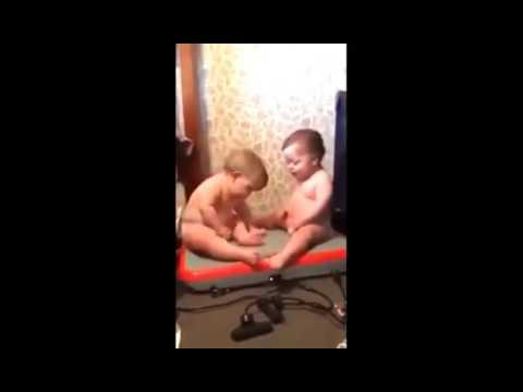 Dos-bebés-haciendo-FITNESS