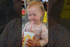 ¡Qué bella! La graciosa reacción de una pequeña cuando toma Coca-Cola… ¡Por primera vez en su vida!
