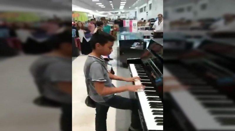 INCREIBLE-Como-Este-Niño-Toca-el-Piano-En-Tienda-Comercial-Liverpool-En-Vivo