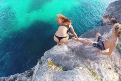 ¡Se arrepintió demasiado tarde! Una joven termina saltando sin querer de un acantilado. ¡Y salió ilesa!