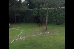 Mario Balotelli intenta cumplir este reto: dar vueltas, bailar y patear un balón. ¡Te divertirás con el resultado!