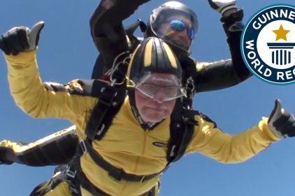 ¡Tremendo récord Guinness! Mira al hombre más viejo en hacer un salto de paracaídas en tándem. ¡Tiene 101 años!