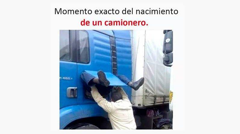 Meme de hombre arreglando un camión azul