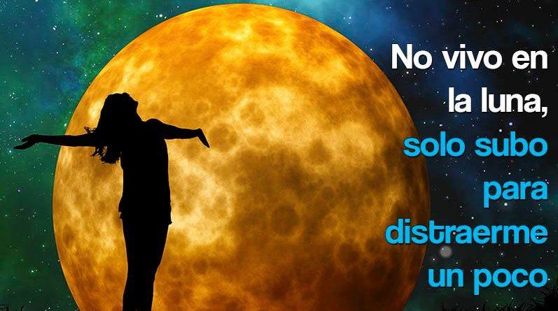 Mujer con la luna de fondo
