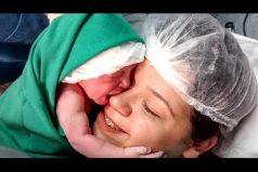 ¡Conmovedor! La pequeña recién nacida que no quiere soltarse de su mamá. ¡Esto es verdadero amor!