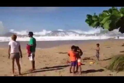 ¡Hermosamente terrorífico! No imaginarás las olas que sorprendieron a estos bañistas. ¡Qué espectáculo!