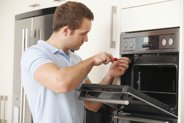 hombre-arreglando-horno