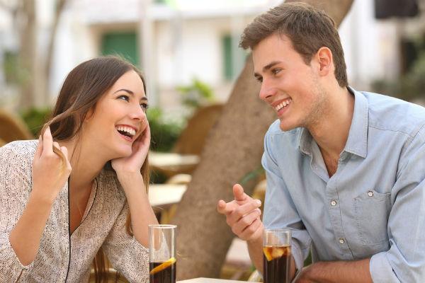 pareja-conversando