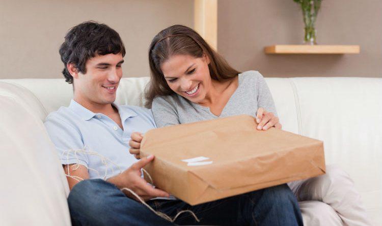 pareja-destapando-paquete