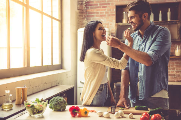 pareja-feliz-cocinana