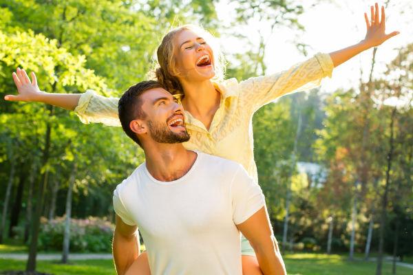 pareja-feliz-parque