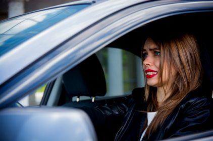 ¡Vaya broma! Parece una cita normal hasta que suben al auto, ella maneja y… ¡resulta ser una piloto profesional!
