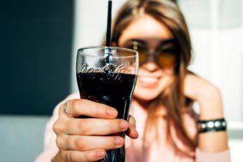 ¿Por qué la Coca-Cola sabe diferente dependiendo del envase? Este y otros enigmas de la bebida