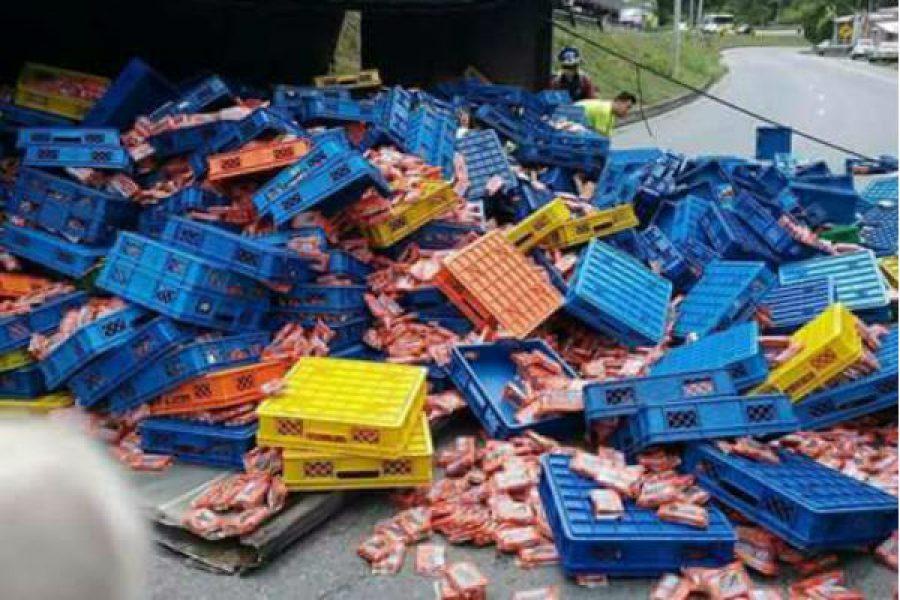Un camión lleno de chocoramos se volcó. ¡Qué dolor! :(
