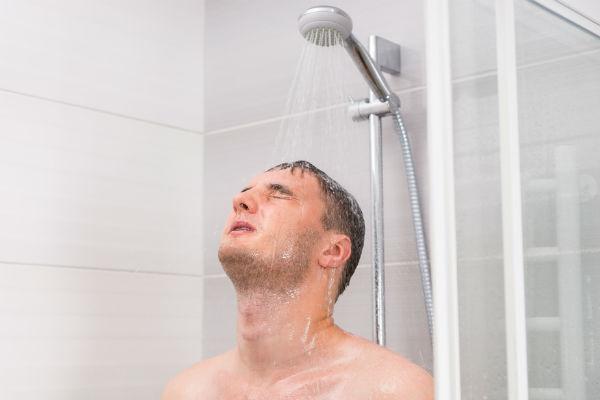 hombre-ducha-baño