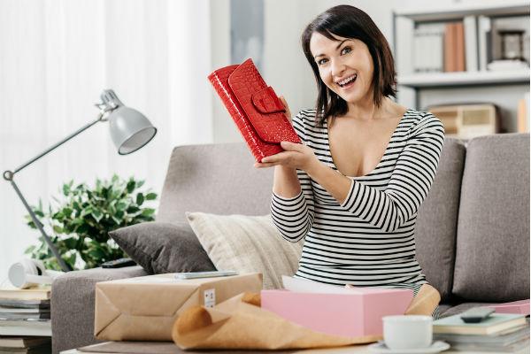 mujer-destapando-regalo