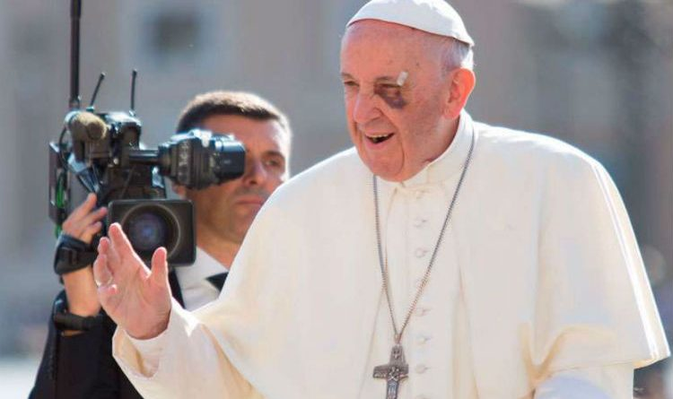 El Papa Francisco continúa afectado por su golpe en el ojo. ¡Esperamos que se recupere pronto!