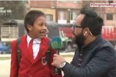 Este niño prefirió llegar temprano al colegio que salir en televisión. ¡Divino!