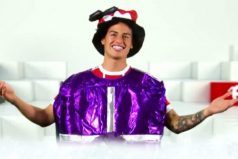 James Rodríguez cantando villancicos en inglés