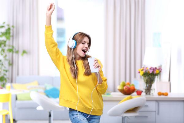 mujer-cantando