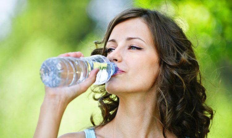 ¿Qué tan peligroso es para tu salud beber agua embotellada?
