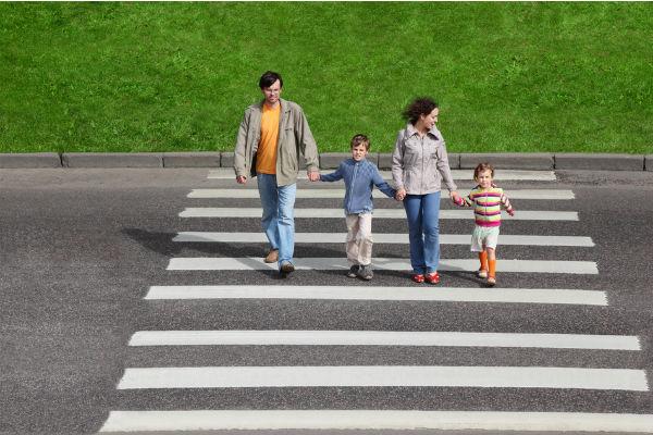 familia-cruzar-calle