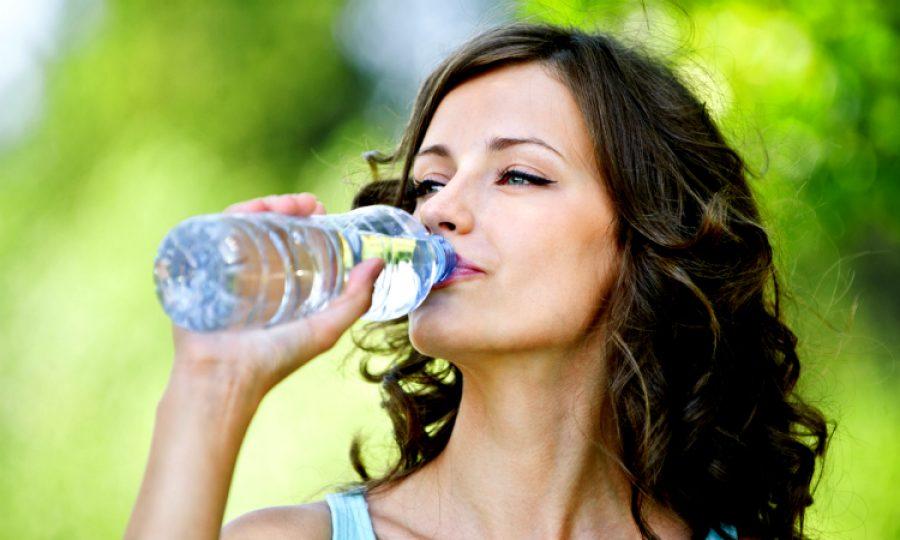 ¿Qué tan peligroso es para tu salud beber agua embotellada? Un estudio reveló datos para tener en cuenta
