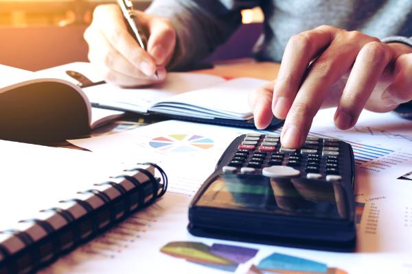 1. Define ingresos y egresos de cada mes