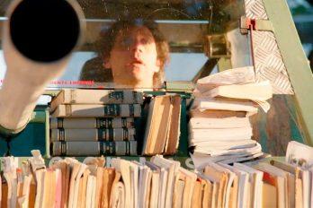 El 'Tanque de libros' es una iniciativa que te encantará. ¡Un vehículo que transmite conocimiento!