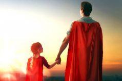 La historia del padre cabeza de hogar que lava transmilenios en las noches para darle un futuro a sus hijas