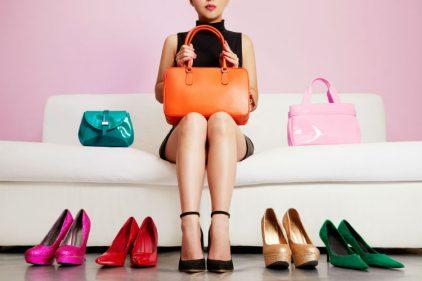 Si es posible llevar los zapatos de un color distinto a tu bolso. ¡Todo se puede en el mundo de la moda!