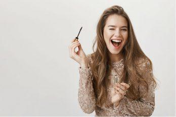 8 gestos que solo han hecho quienes se maquillan a diario