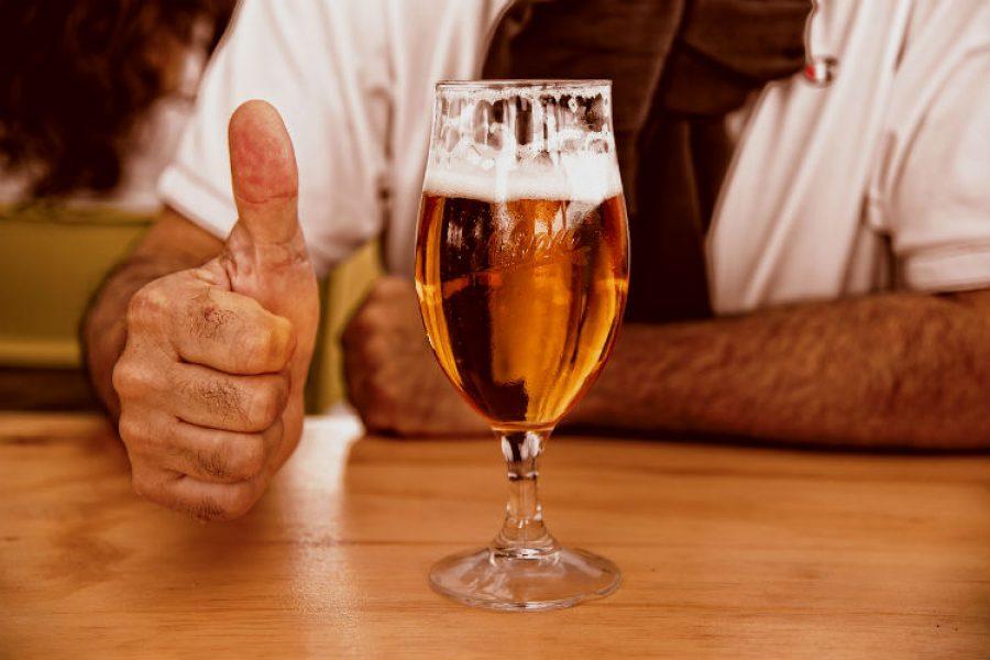 La cerveza en su dosis adecuada es un remedio para el dolor de cabeza