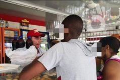 Un joven saqueó en una panadería en Cali y su mamá lo obligó a devolver lo robado