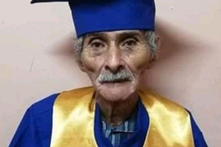 El hombre que a sus 90 años cumplió el sueño de graduarse de bachillerato