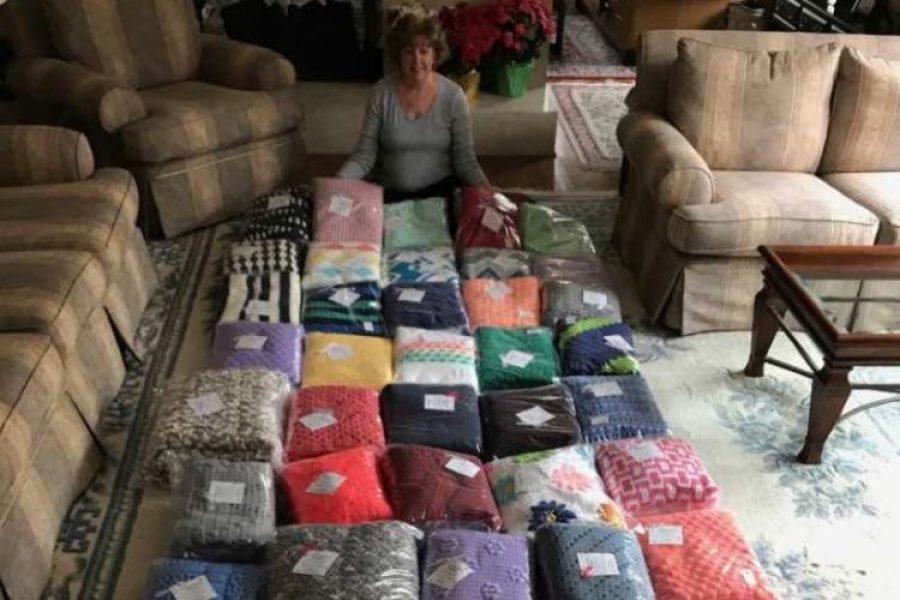 Mujer teje mantas para niños enfermos en hospitales y ya ha donado más de 1.000