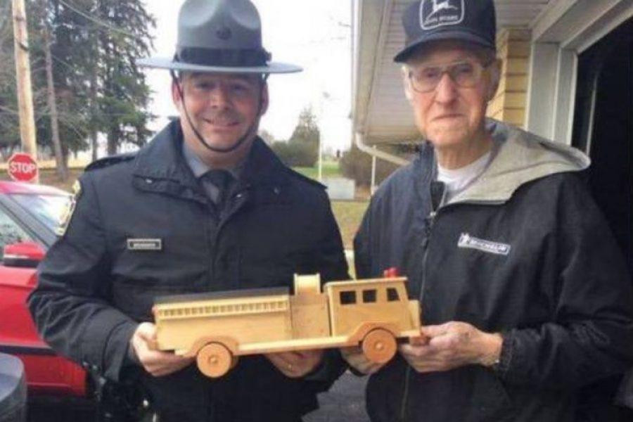 Anciano de 93 años hizo cientos de camiones de madera para donar