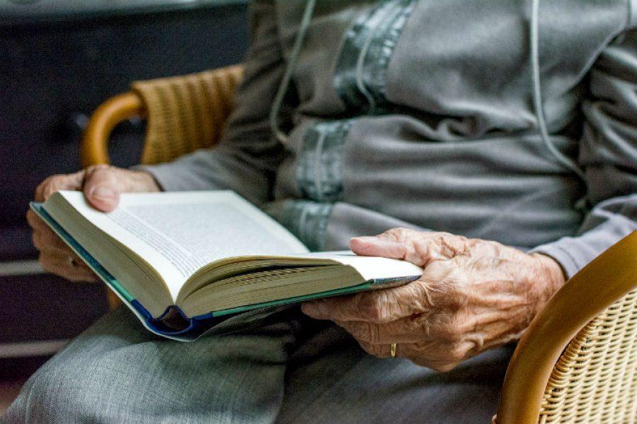 Con casi un siglo de vida aprendió a escribir y leer, ¡es la protagonista de los medios en el mundo!