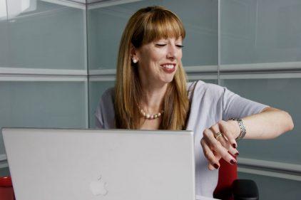 Pruebas afirman que semana laboral de cuatro días trae beneficios en productividad y salud mental