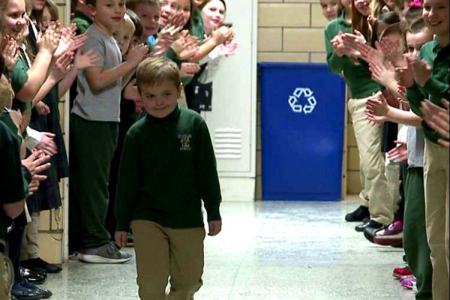 Después de vencer un duro Cáncer, este niño fue recibido con aplausos por sus compañeros