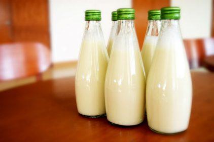 Regresan las botellas de vidrio para vender leche en Colombia, ¡todo por ayudar al medio ambiente!