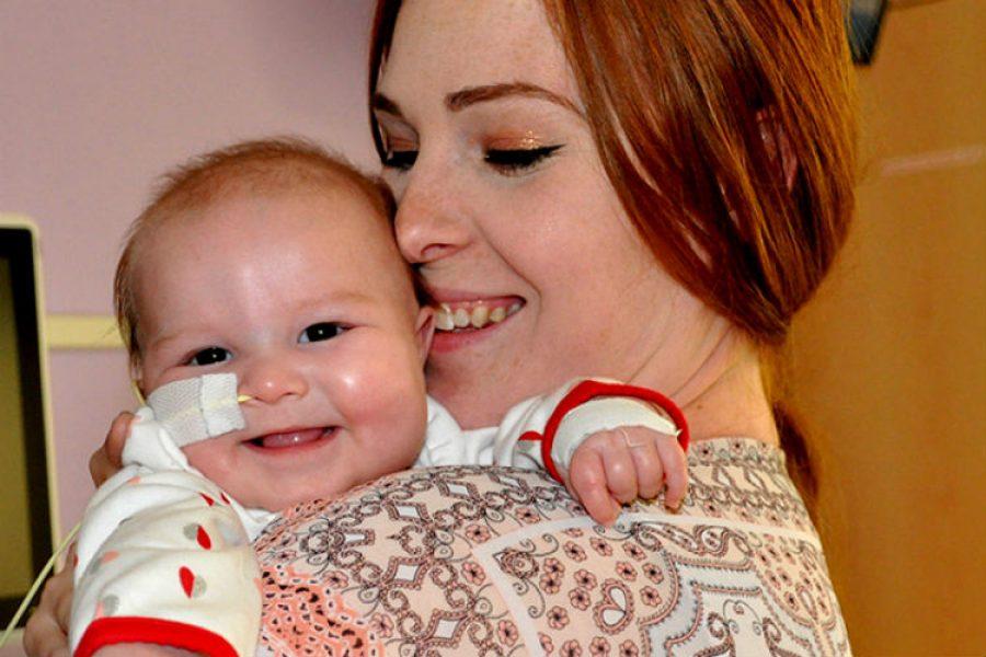 Niña con solo cuatro meses vence tumor cerebral y recupera su movilidad