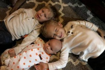 Tres hermanos que no superan los 5 años de edad y luchan contra el mismo cáncer