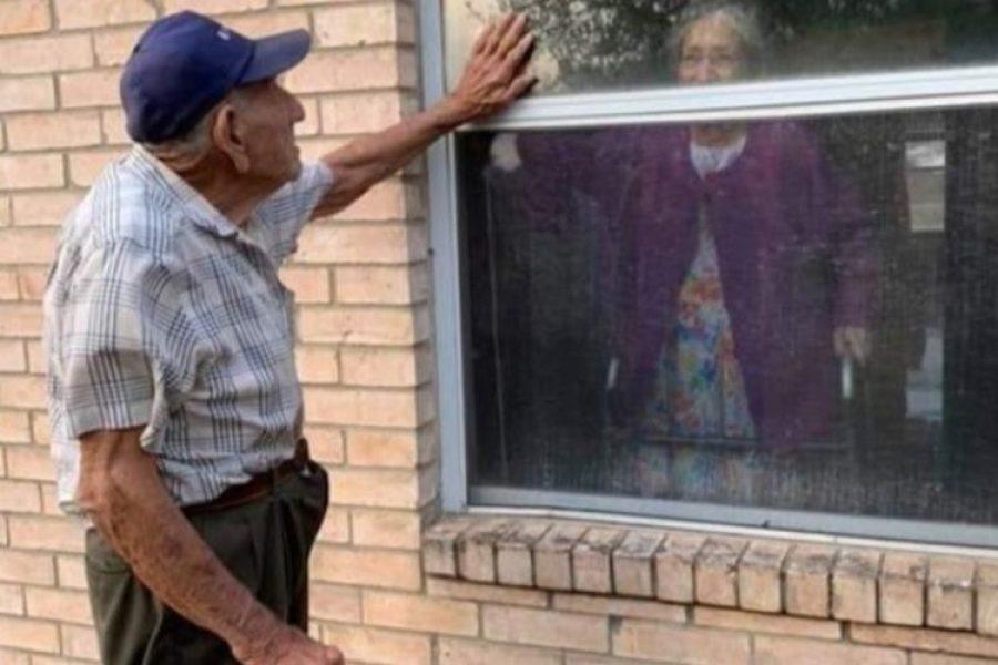 Anciano de 91 años visita a su esposa en una ventana a diario a pesar del coronavirus