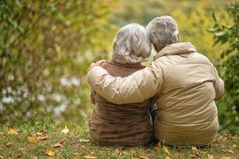 Amigas ancianas se mudan juntas para pasar la cuarentena del COVID-19