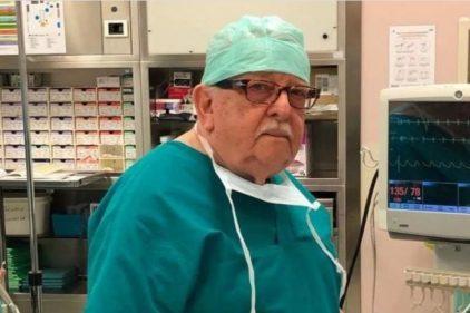 Médico de 85 años regresa a su profesión para luchar contra el COVID-19 ¡Un héroe!
