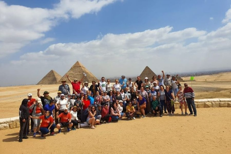 """""""No nos abandonen"""": 59 viajeros colombianos con adultos mayores atrapados en Egipto"""