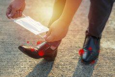 El COVID-19 'camina' y se transporta en los zapatos ¡Mucha atención!