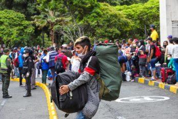 Mientras miles de venezolanos en Colombia regresan a su país, otros entran desde Ecuador