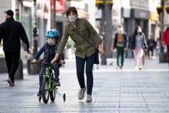 Aumenta cantidad de niños infectados por COVID-19 tras permiso de salir a la calle